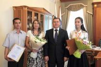 Губернатор вручил именную премию тюменской школьнице